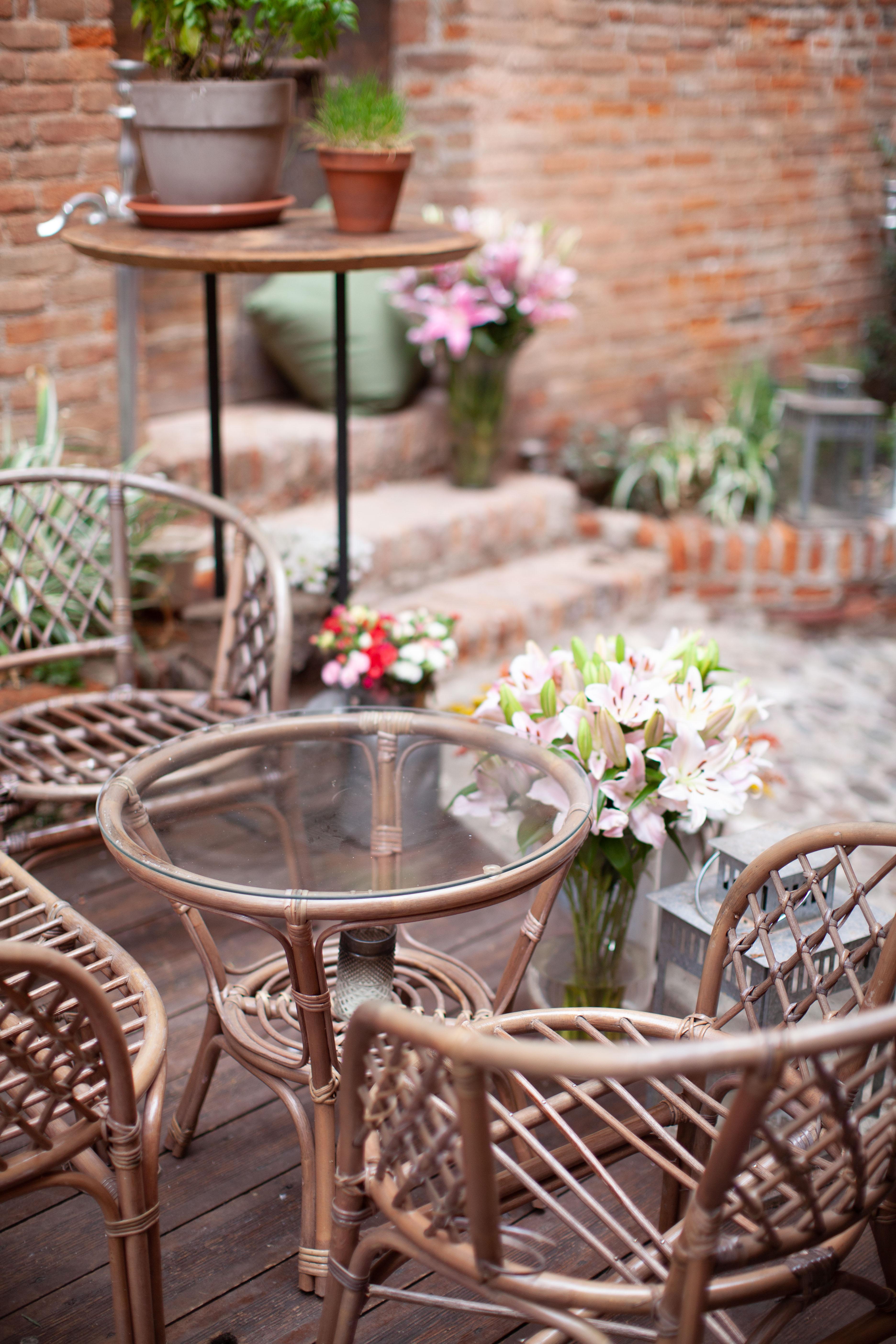 salottino esterno ingresso cortile sedie piante fiori